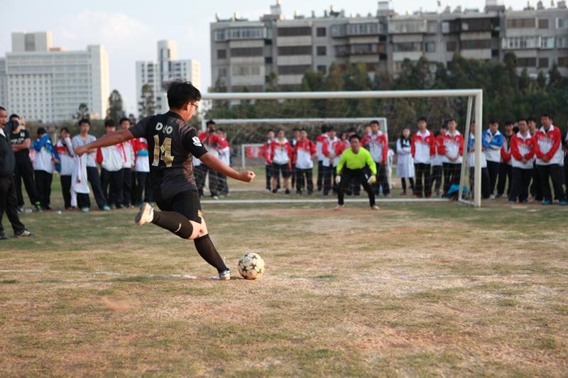 """祝愿我校足球队在""""卓尔杯""""全国中学生足球挑战赛总决赛中再创佳绩!"""